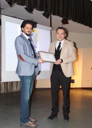 Serkan Gedük, Dr. Öğr. Üyesi Oğuz Polatel teşekkür belgesi takdim etti