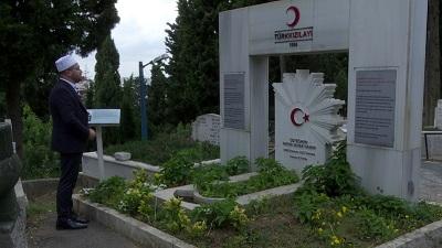 Fevziye Camii Müezzin-i Hikmet Akça, mezarı İstanbul Kulaksız Mezarlığı'nda bulunan Kara Fatma olarak bilinen Fatma Seher Hanım için dualarda bulundu