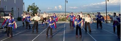 Sahne İzmit ekibi Türkiye'nin farklı yörelerine ait halk danslarıyla ekran karşısına çıkarken dans gösterisi koronavirüs önlemlerine uyularak sosyal mesafe ve maske kuralı doğrultusunda gerçekleşti.