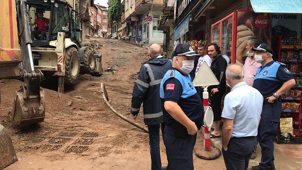 İzmit Belediyesi sağanak sonrası esnafa yardıma koştu