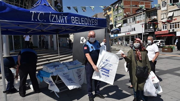 Vatandaşa İzmit Belediyesi 25 bin kurban poşeti dağıttı