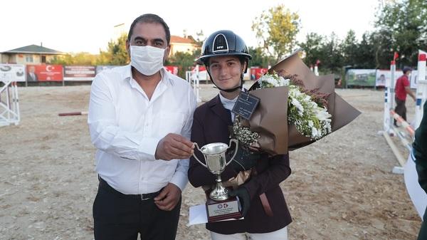 Photo of İzmit Belediyesi Gazi Mustafa Kemal Kupası Binicilik yarışları Gebze'de nefesleri kesti