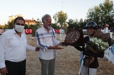 Gebze Atlı Spor Kulübü Başkanı Halit İpek ve İzmit Belediye Başkan Yardımcısı Nurettin Bulut, dereceye giren sporculara ödüllerini verdi