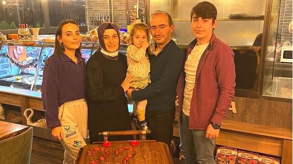 Photo of Evliliklerinin 22'nci yıldönümünü Baytar'da kutladılar