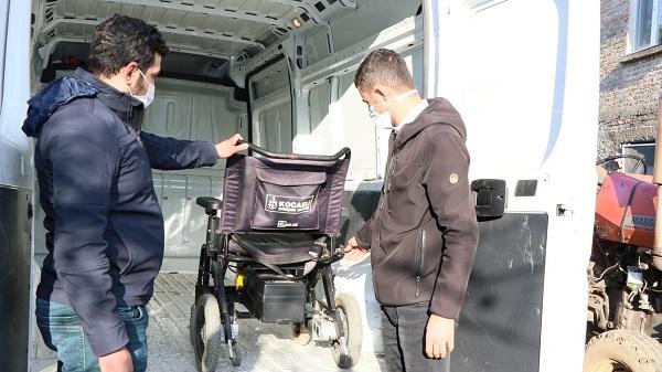 Engellilerin arızalı akülü sandalyelerini Büyükşehir tamir ediyor