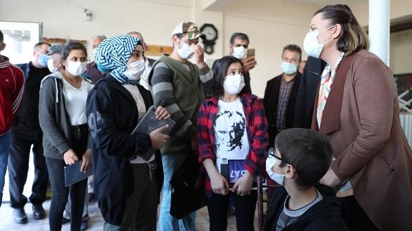 Başkan Hürriyet internete kavuşan köylerde çocuklarla buluştu