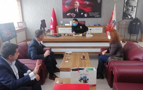 İzmit Belediye Başkan Yardımcısı Emirşah Torun, Koordinatör Ozan Aksu ve Sosyal Destek Hizmetleri Müdürü Yasemin Gözkonan Kahveci, Gebze İlçe Emniyet Müdürü Adil Uğur Bilgili'yi ziyaret etti