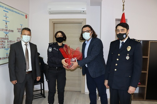 İzmit Belediye Başkan Yardımcısı Hakan Yalçın ile Bilgi İşlem Müdürü İsmet Kunttaş, Başiskele İlçe Emniyet Müdürlüğü ziyaretinde Başkomiser Pınar Geriş'e, Paşa Kılıcı çiçeğini hediye etti.