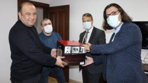 İzmit Belediye Başkan Yardımcısı Hakan Yalçın ve Bilgi İşlem Müdürü İsmet Kunttaş, Başkomiser Teoman Yalçın'ı ziyaret etti