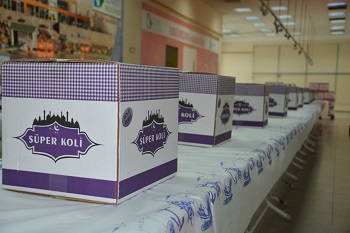 İzmit Belediyesi ekipleri bağışçılar sayesinde hazırlanan Ramazan kolilerini zor durumdaki ailelere dağıtacak