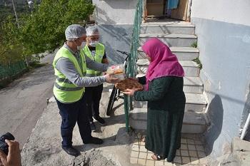 Kardeş Eller Projesi'nde hayırseverler tarafından bedeli ödenen erzaklar belediye ekipleri tarafından paketlenerek ihtiyaç sahibi ailelere ulaştırılıyor